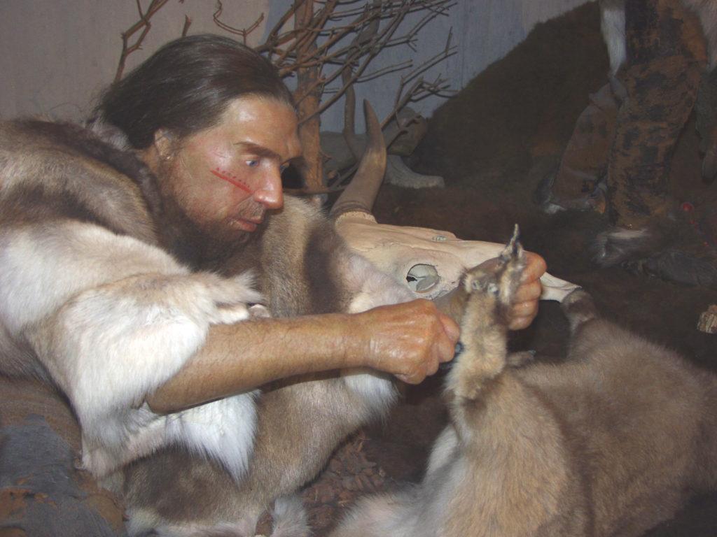 Homme de Neandertal travaillant une fourrure